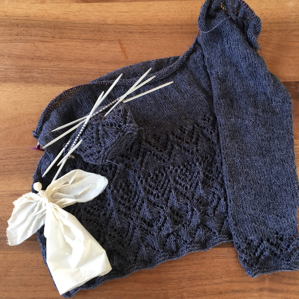 Ein halb fertig gestrickter Pullover in schönem Lacemuster