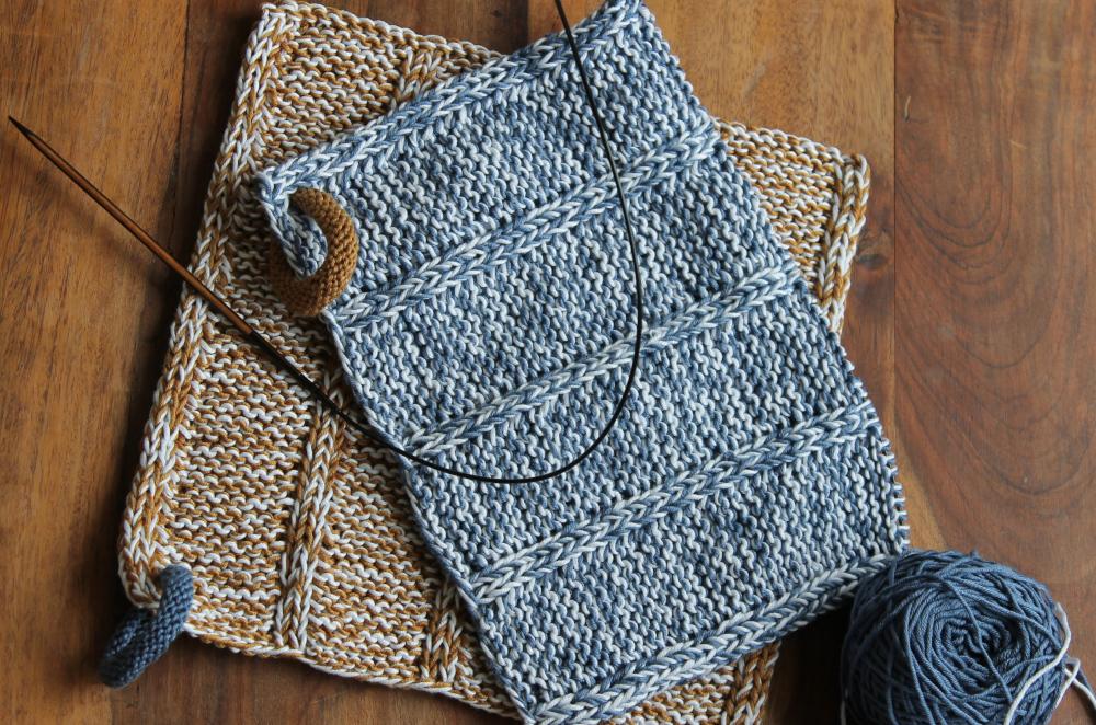 Zwei Topflappen aus Baumwolle gestrickt im coolen Denimlook