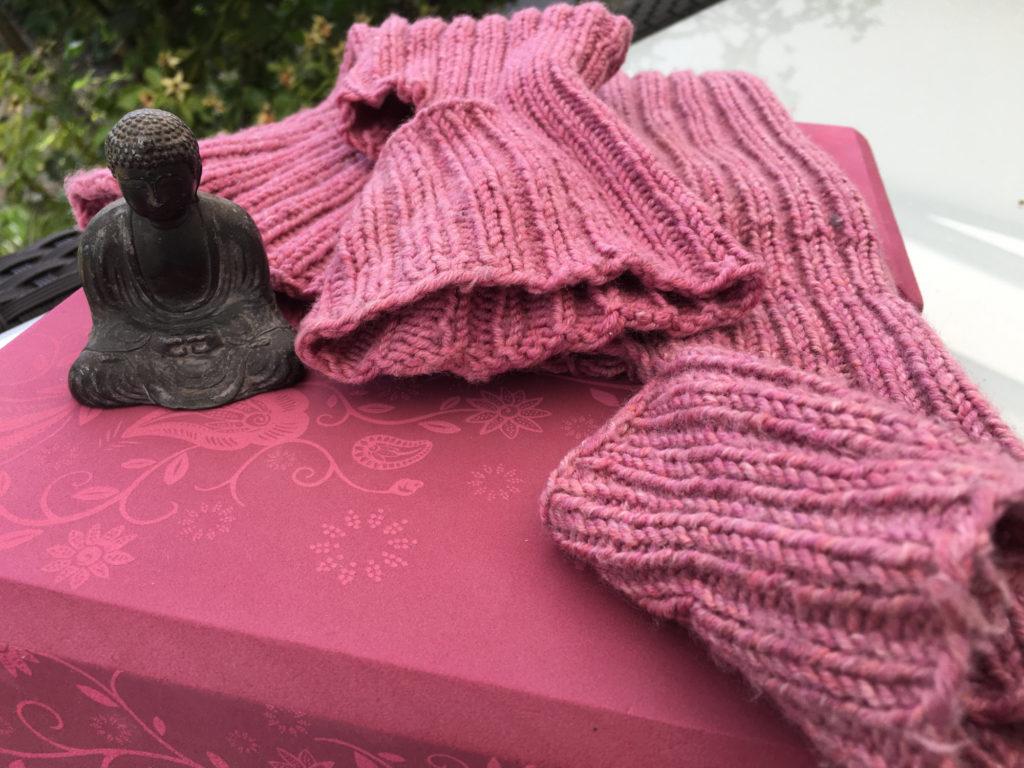 Zwei Yogabloecke mit farblich passenden Yogasocken. Yogasocken selbstgestrickt.